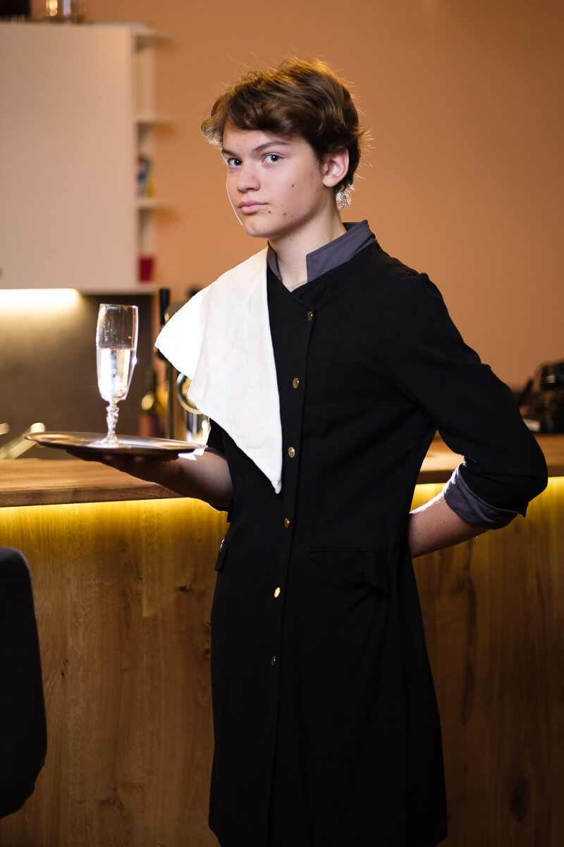 Abb. Theobald Neuenstein, Hotelpage in Toni's Hotel